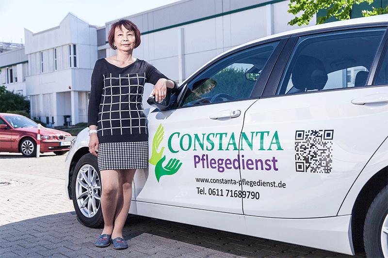 Mitarbeiterin mit Firmenwagen von Constanta Pflegedienst Frankfurt